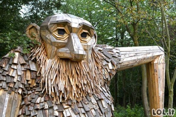 Įspūdingos milžinų skulptūros iš medžio