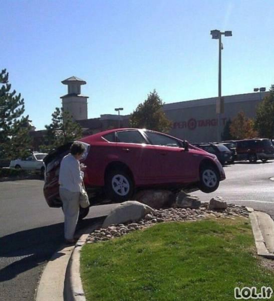 Geriau neleisti merginoms vairuoti...