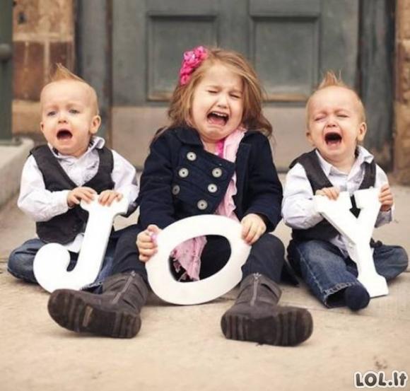 Vaikams vienodai kvailos šeimyninės nuotraukos