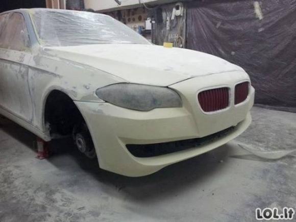 Latvių auksarankiai seną BMW pavertė balta gulbe