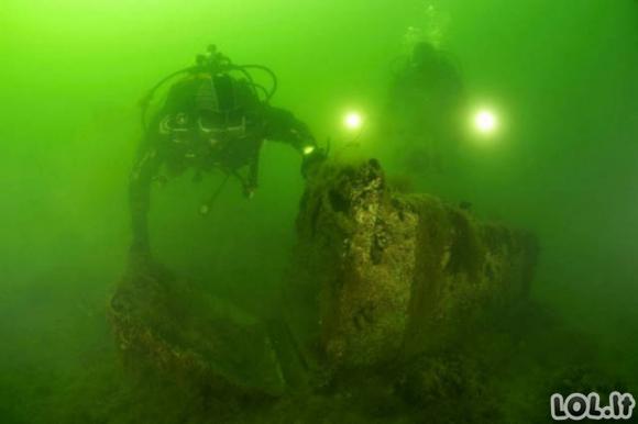 Šiukšlės po vandeniu