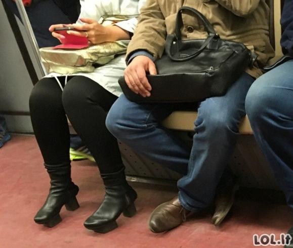 Labai keistai apsirengę žmonės viešajame transporte