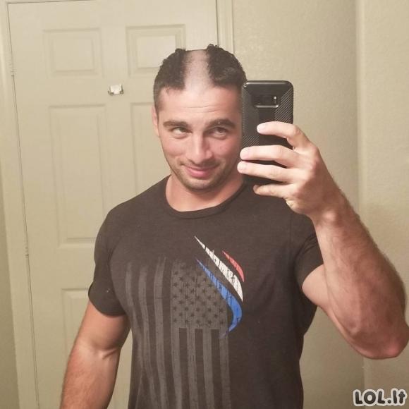 Šie žmonės išsiskuto savo plaukus tiesiai per vidurį