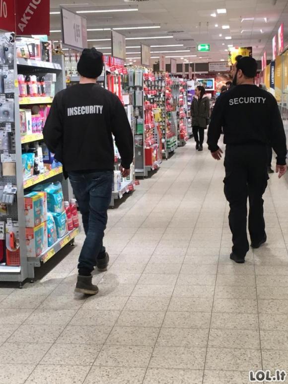 Keisti dalykai, kuriuos gali pamatyti prekybos centruose (20 nuotraukų)