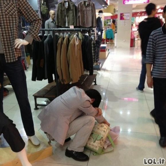 Kol vyrai laukia apsipirkinėjančių merginų [GALERIJA]