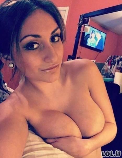 Merginos duoda laisvę savo mylimoms krūtinėms