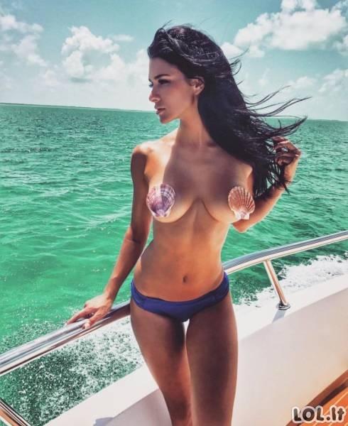 Merginos duoda laisvę savo mylimoms krūtinėms [N-18]