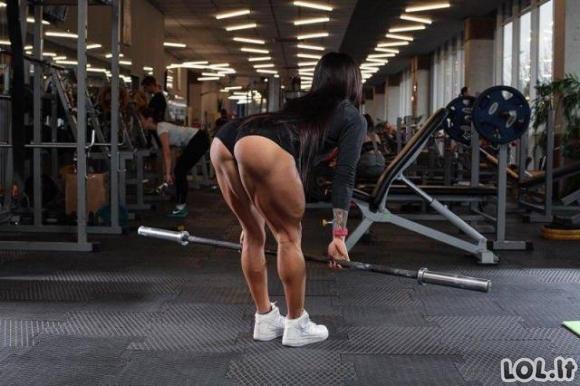 Mergina, turinti nerealiai stiprias kojas