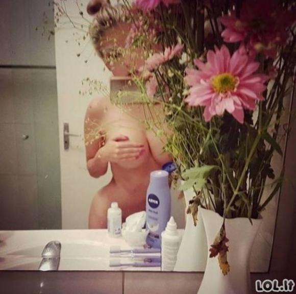 Karštos merginos fotografuojasi priešais veidrodžius [62 nuotraukos]