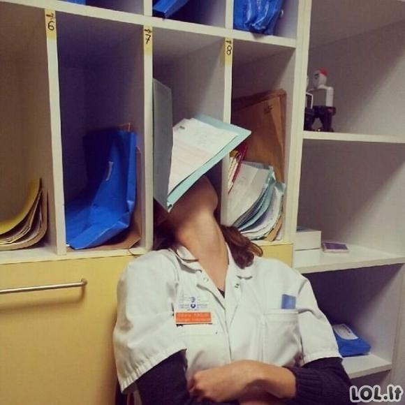 Žmonės, kurie buvo prigauti miegantys savo darbo vietoje [GALERIJA]