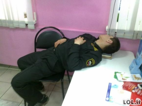 Šiuos žmones prigavo miegančius savo darbo vietose