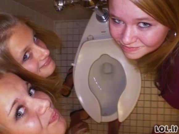 Merginų nuotraukos tualetuose [GALERIJA]