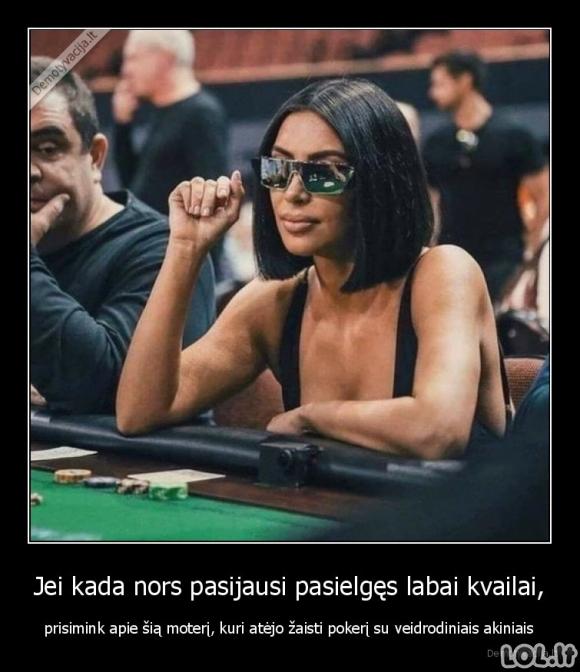 Kvaila moteris prie pokerio stalo