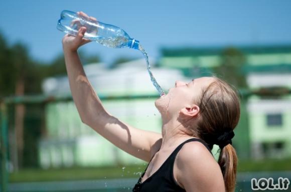Ar kada nors atkreipėte dėmesį, kaip moterys geria vandenį iš buteliuko? [GALERIJA]