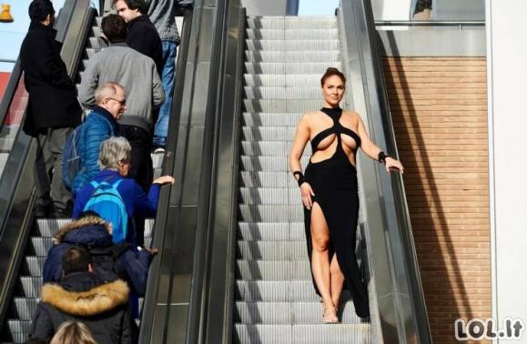 Kim Kardashian persišviečiančios suknelės testas gatvėje [GALERIJA]