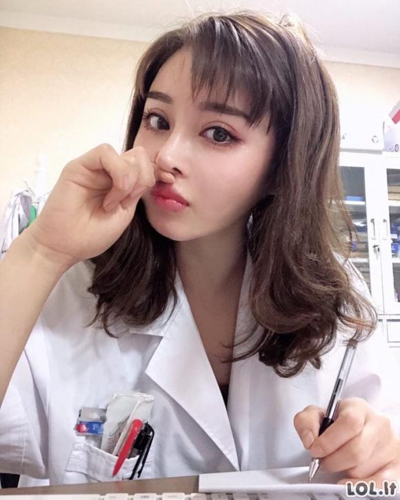 Gydytoja angelo veidu ir įspūdinga figūra