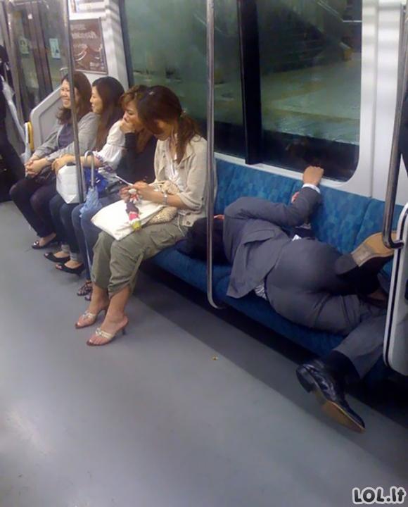 Žmonės, užmigę pačiose nepatogiausiose ir keisčiausiose pozose [GALERIJA]