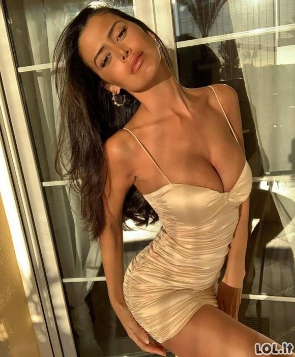 Merginos aptemptomis suknelėmis yra kažkas nerealaus [GALERIJA]