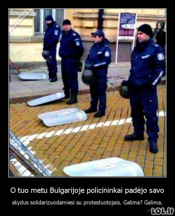 O tuo metu Bulgarijoje policininkai padėjo savo skydus solidarizuodamiesi su protestuotojais. Galima? Galima.