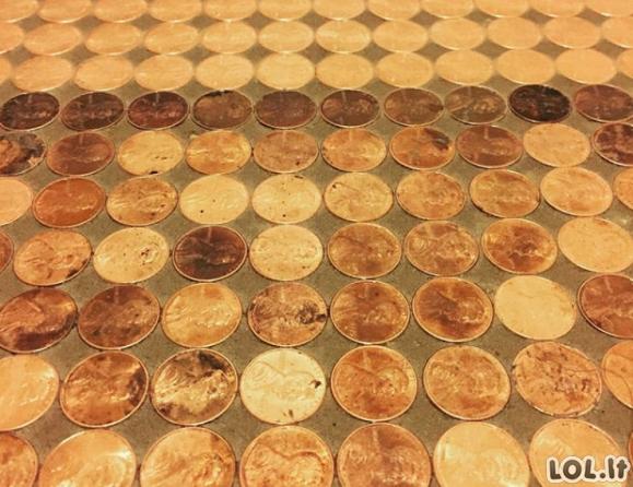Moteris panaudojo 7500 monetų mozaikinėms grindims sukurti