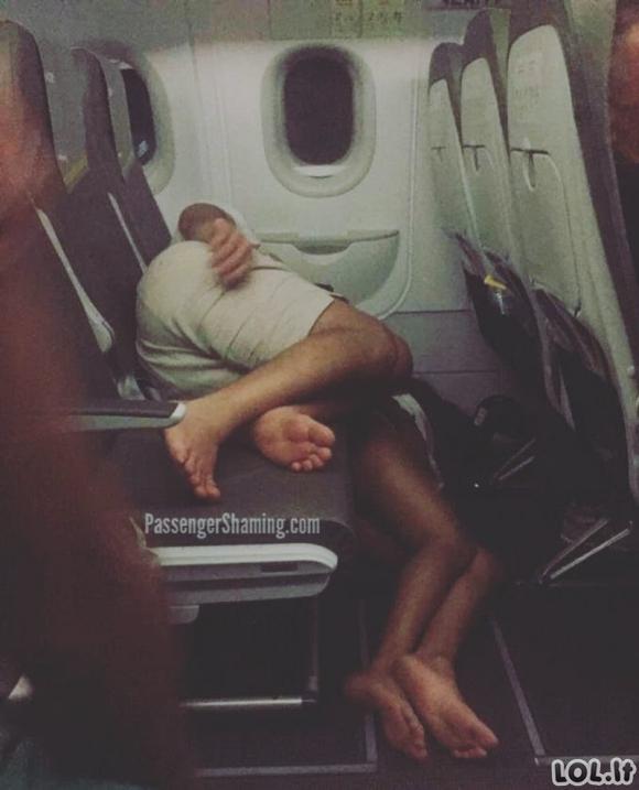 Žmonės pasidalino nuotraukomis iš pačių nejaukiausių patirtų skrydžių [GALERIJA]