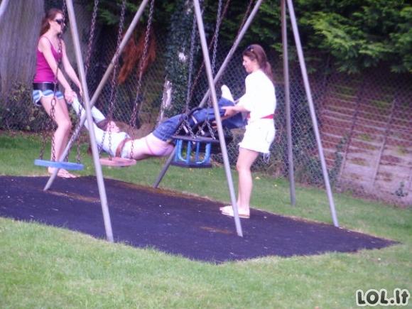 Kaip baigiasi atvejai, kai suaugę per ilgai užsibūna vaikų žaidimo aikštelėse