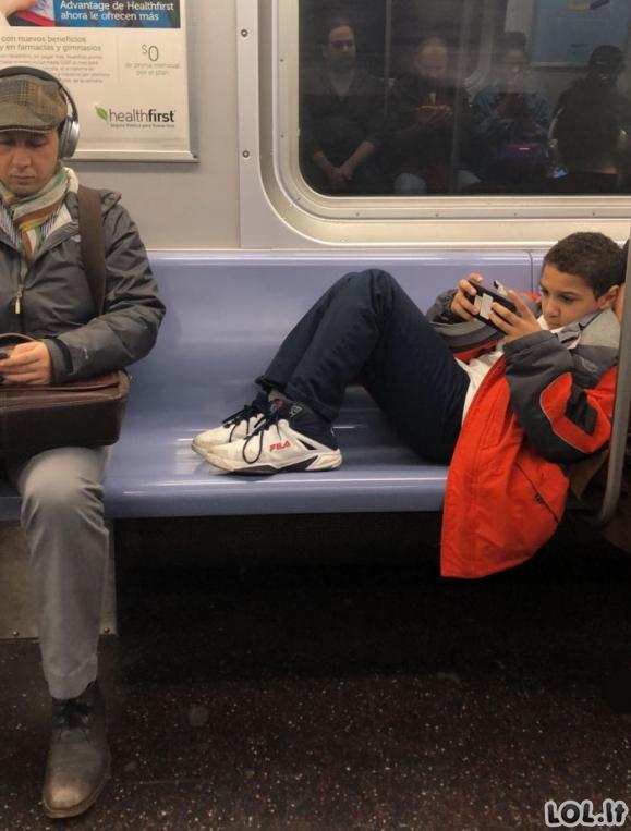 Įžūlus berniukas atsisakė patraukti savo kojas ir užleisti vietą kitiems, kol galiausiai buvo pamokytas