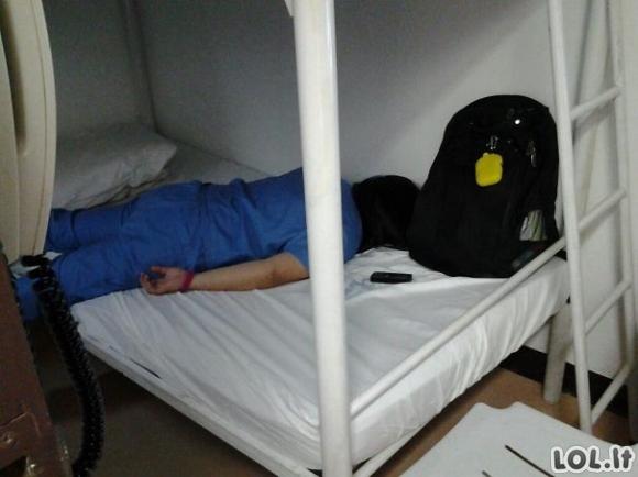 Nuotraukos, kuriose užfiksuoti gydytojai, neatlaikę krūvio ir užmigę darbo vietose