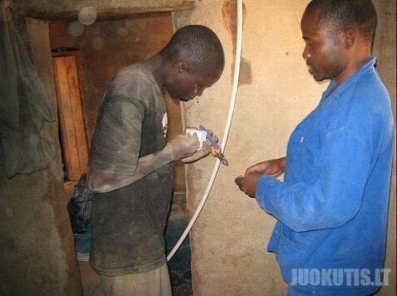 Afrikietis iš šiukslių pastatė elektrinę