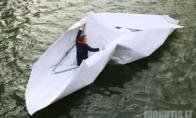 Milžiniška popierinė valtis su keleiviu plaukė žemyn Temze