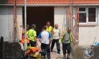 30 žmonių padėjo britei išeiti iš namų