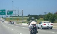 Motociklininkas, kurio neįmanoma nepastebėti