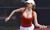 Jordan Carver žaidžia tenisą