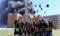 Išleistuvės degančios mokyklos fone