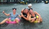 Žmonės linksminasi per potvynį