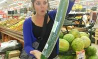 Gigantiškas agurotis šokiruoja merginą