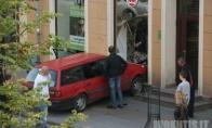 Automobilis rėžėsi į parduotuvę