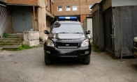 VIP automobilis mėlynais švyturėliais, kuriam nereikia leidimo