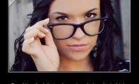 Kai merginą sukritikuoji dėl akinių...
