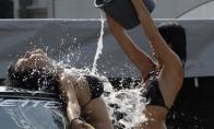 Merginos, kurios žino kaip plauti automobilius