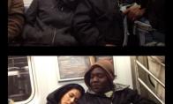 Kaip reaguoja žmonės į užmigusią merginą