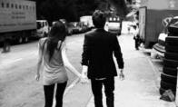 Kodėl reikia visada laikyti merginą už rankos