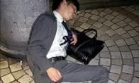 Japonijos biznieriai miega kur papuola [GALERIJA]