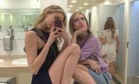 Merginos fotografuojasi tualetuose [GALERIJA]