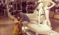 Kol vyrai laukia apsipirkinėjimo karštinės apėmusių moterų [GALERIJA]
