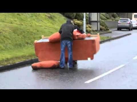 Du girti airiai bando namo parsivežti sofą