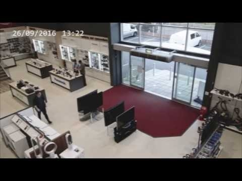 Nerangus parduotuvės klientas sudaužo 4 televizorius