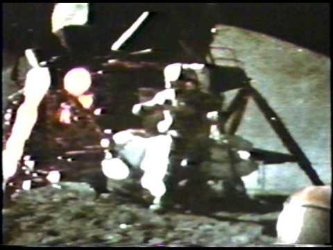 Kas pirmas nukris mėnulyje: plunksna ar plaktukas?