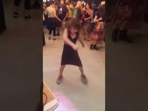 Kietai šokanti mergaitė