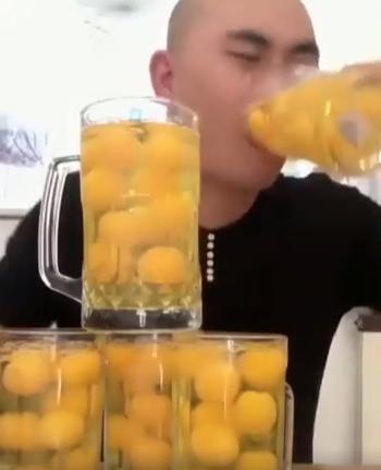 Vyrukas išgeria 50 kiaušinių per 15 sekundžių